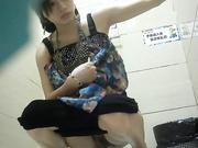 商场厕拍系列 美丽少妇带着孩子一起上厕所