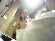 大神潜入某酒店在厕纸篓里安装了一个摄像头 偷拍漂亮美女服务员嘘嘘