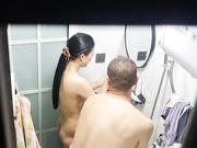 偷看楼上年轻夫妻洗澡最后被发现了
