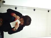 廁拍大神潛入某學院公共女廁拍攝到的各式美女如廁噓噓 有個妹子穿著紅褲衩尿尿看得讓人欲火焚身 720P高清原版